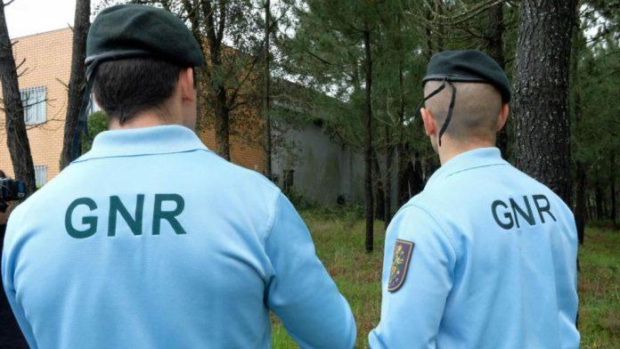 GNR identifica três homens com armas proibidas e antecedentes criminais
