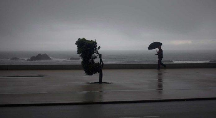 Proteção civil emite aviso devido à chuva e vento fortes e agitação marítima