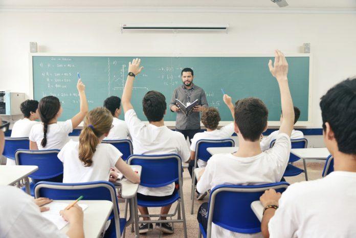 Alunos do secundário e superior regressaram hoje ao ensino presencial e com rastreios